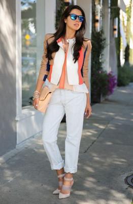цветные джинсы с чем носить