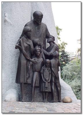Януш Корчак памятник